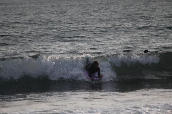 9ac6a8c6ec 波のフラットな所まで滑ってきました。 ここまで波に対して真っ直ぐライディングです。 顔だけは横に行ってるけど・・・